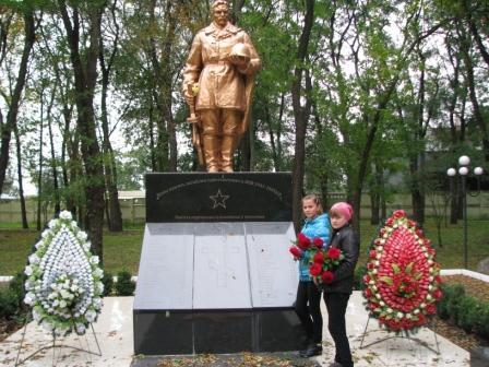 Учні 7 класу вшановують пам'ять воїнів та покладають квіти