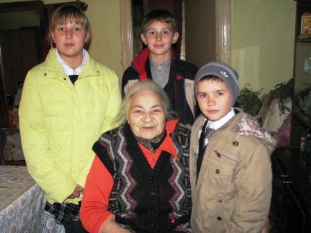 Члени шкільного волонтерського загону вітають Бойко Н.С.